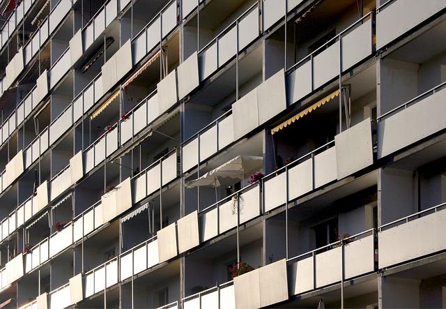 stěna paneláku s balkony.jpg