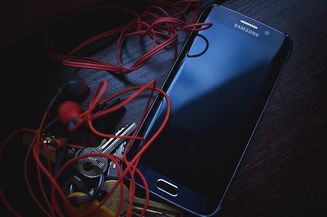 mobil, klíče a sluchátka