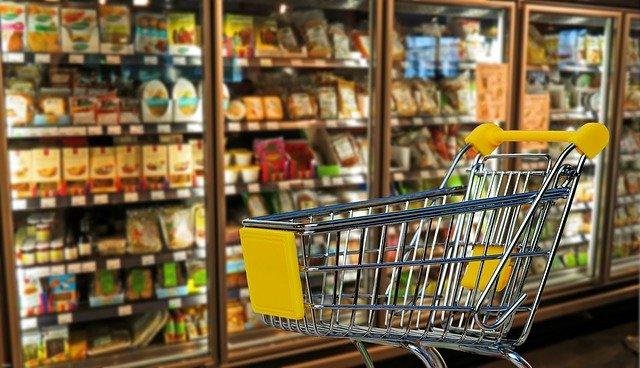 nákupní vozík a potraviny v obchodě.jpg