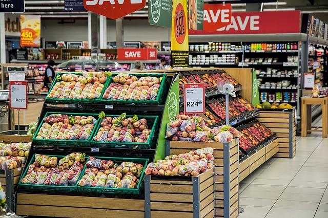velký výběr potravin v supermarketu.jpg