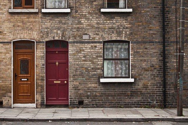 dveře a dům